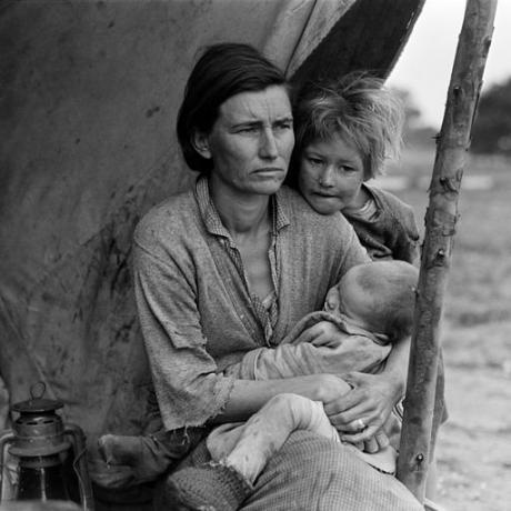 Dorothea_Lange,_Migrant_mother_(alternative),_Nipomo,_California,_1936